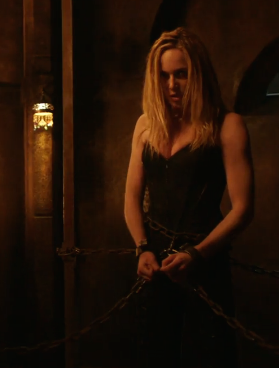 arrow-403-sara-in-chains